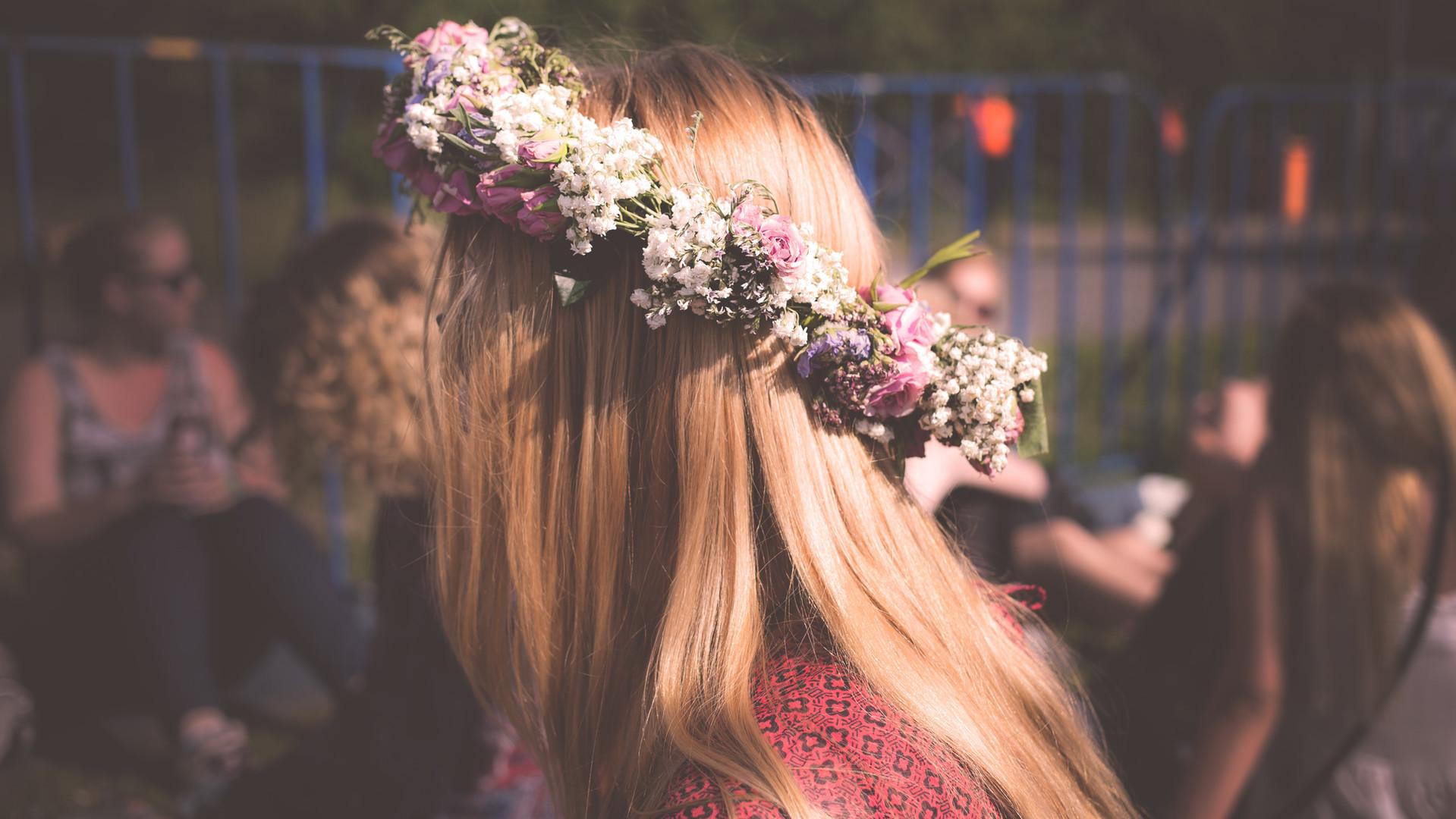 Blumen auf ihrem Haar