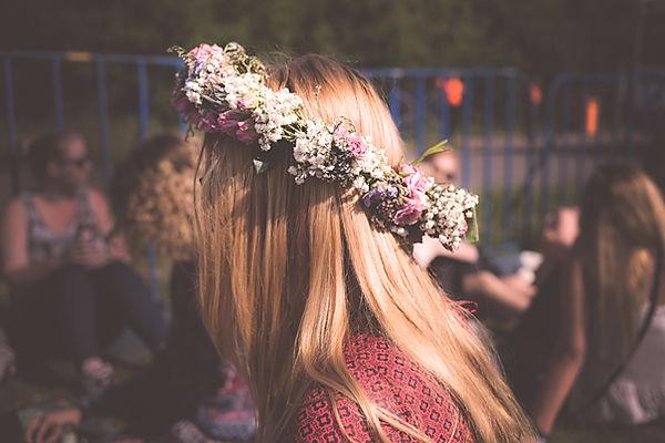 Цветы на ее волосах