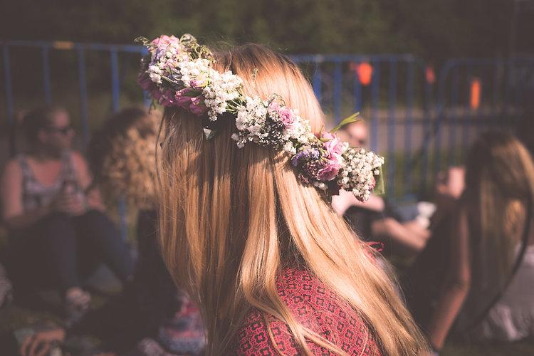 Fleurs sur ses cheveux