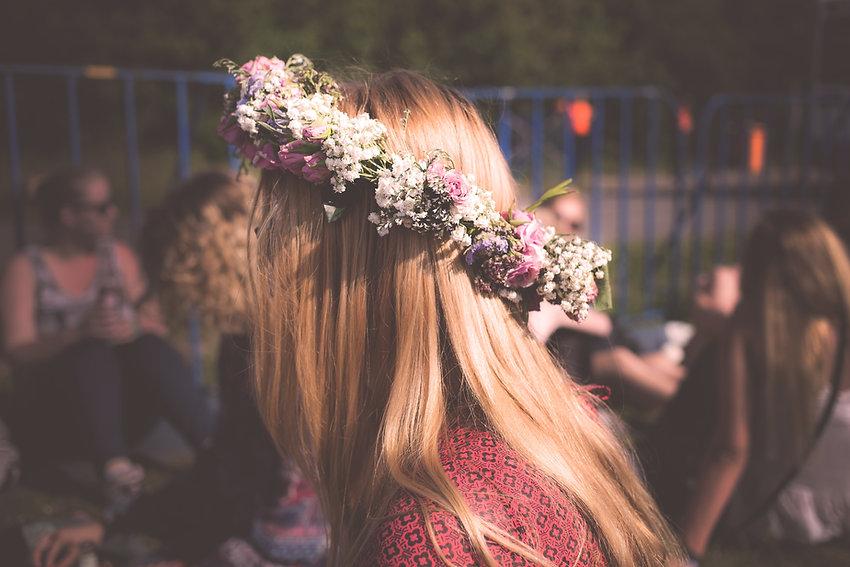 Bloemen op haar haar