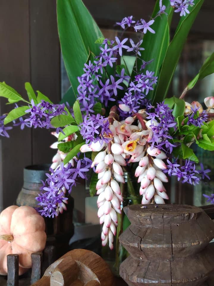 Flores de Cardamomo e a viuvinha em arranjos naturais enfeitam a Pousada Caminho do Rei