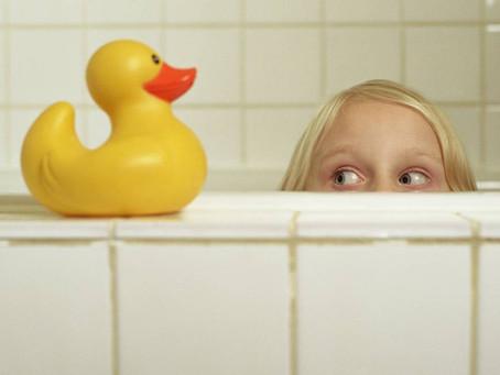 Hongos y bacterias: ¿Son peligrosos los juguetes en la tina de baño?