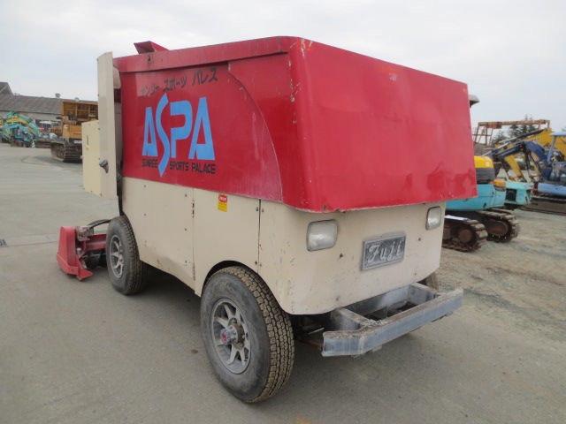 Машина для заливки и выравниния льда
