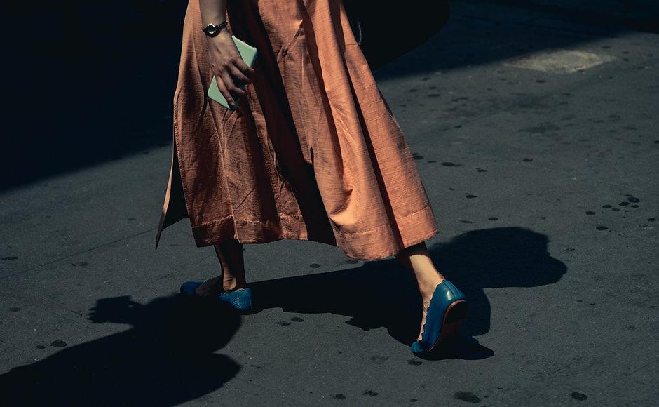 Kvinde går med blå sko