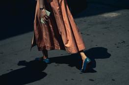 파란색 신발을 신고 걷는 여자