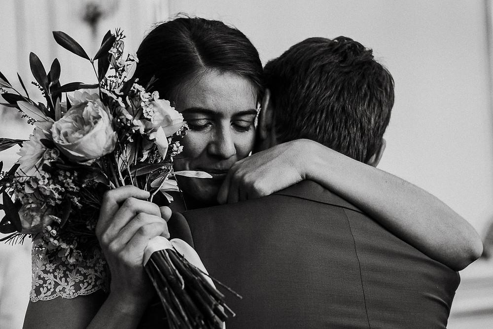 Embrassade des mariés à la mairie