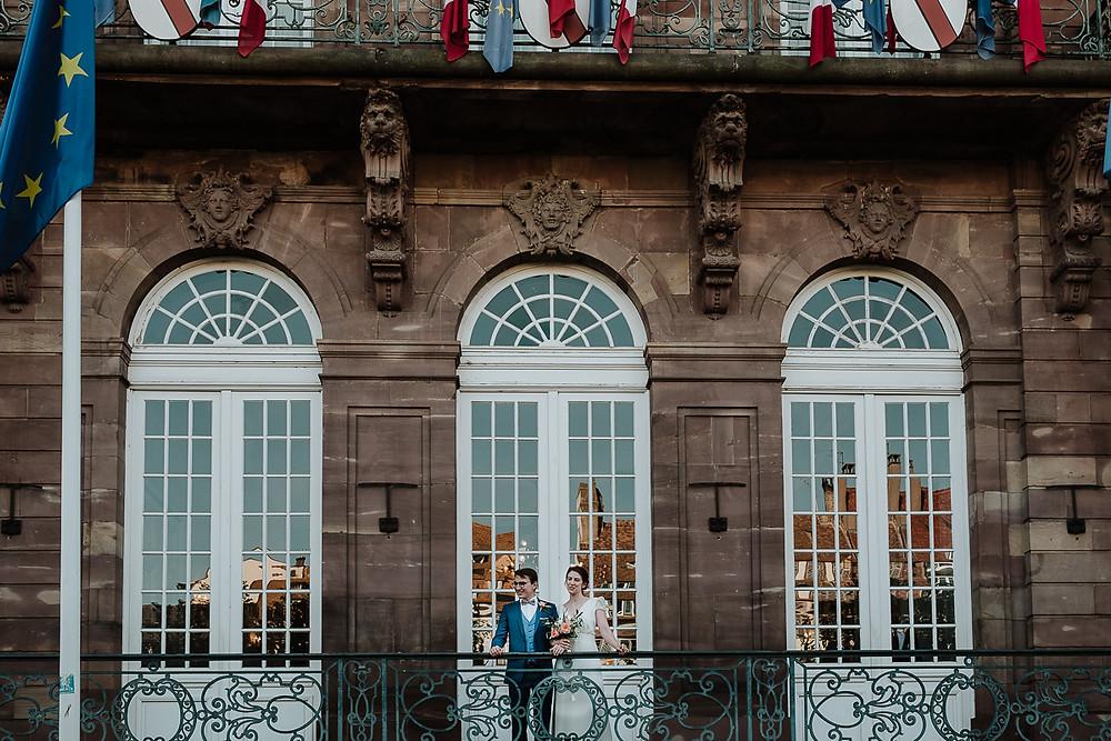 mariés devant la mairie de strasbourg