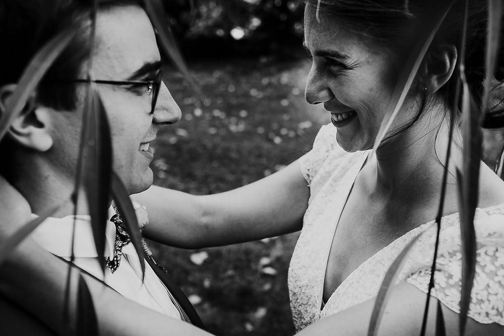 photo de mariés noir et blanc