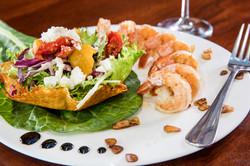 Salada com queijo feta e camarão