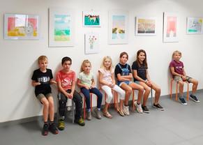 Les enfants devant leurs tableaux 2020