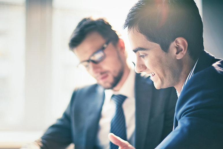 Gli uomini in una riunione