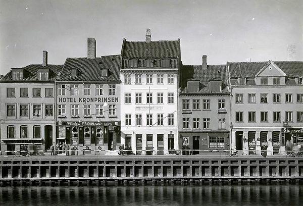 Solsiden af Nyhavn fra Lille Strandstræde 1943. Hotel Kronprinsen er siden blevet til Cap Horn. Foto: Victor Hermansen, Nationalmuseet
