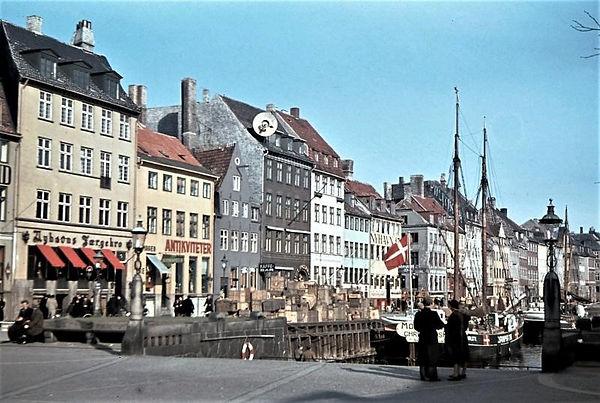 Solsiden i Nyhavn med sine karakteristiske spidsgavlshuse fotograferet i 1944. Foto: Willy Nielsen, Frihedsmuseet