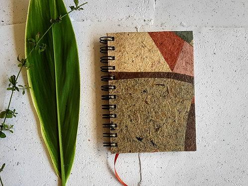 Caderno pequeno com pauta