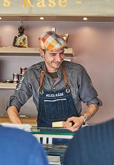 Benny Hesslink im Käsemobil auf dem Wochenmarkt