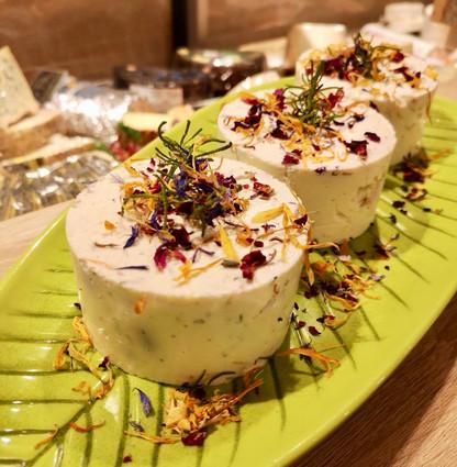 Ziegen-/Schafskäse-Törtchen mit Olivenkraut und Wiesenblüten