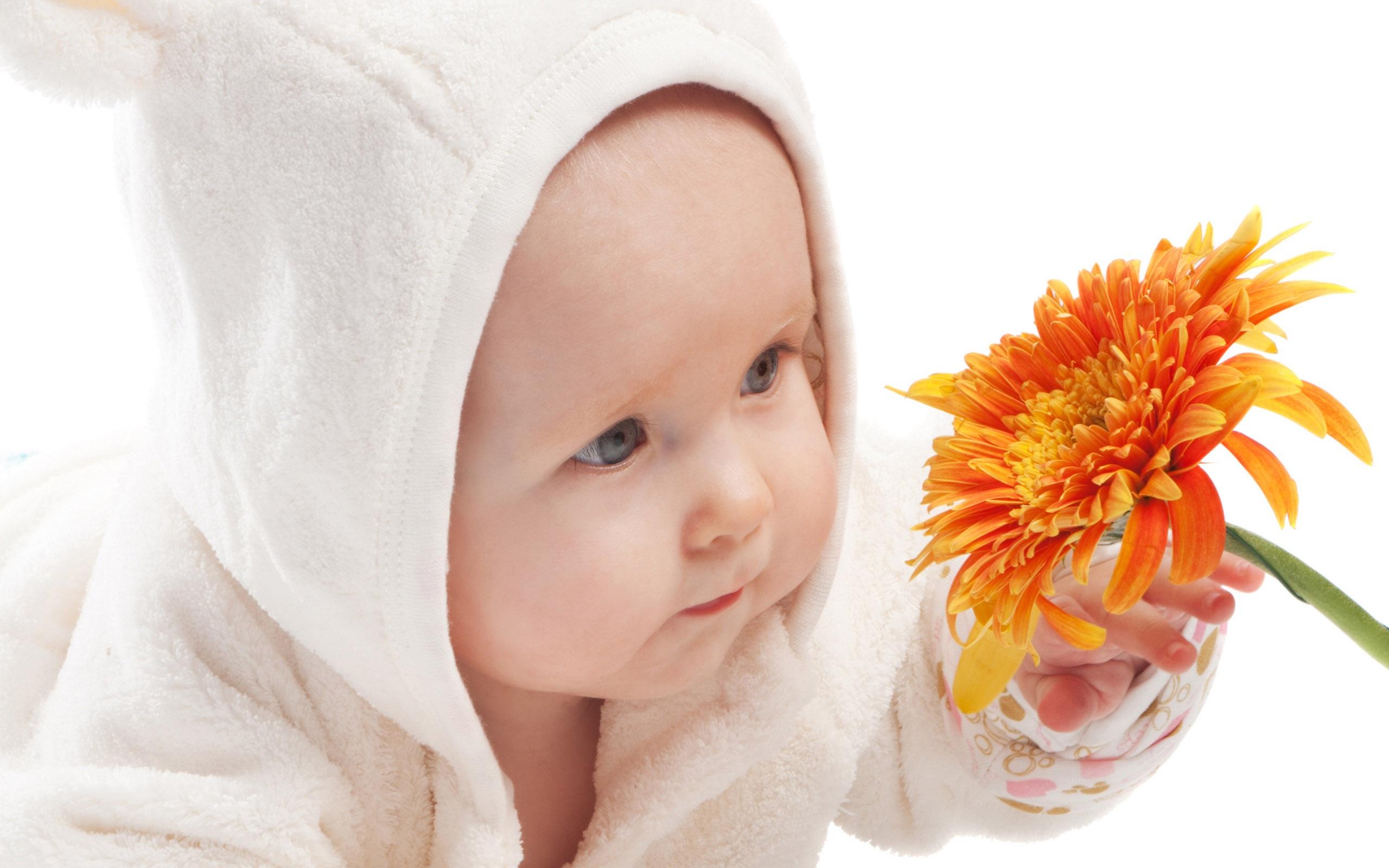 Cute-baby-take-the-flower_2560x1600.jpg