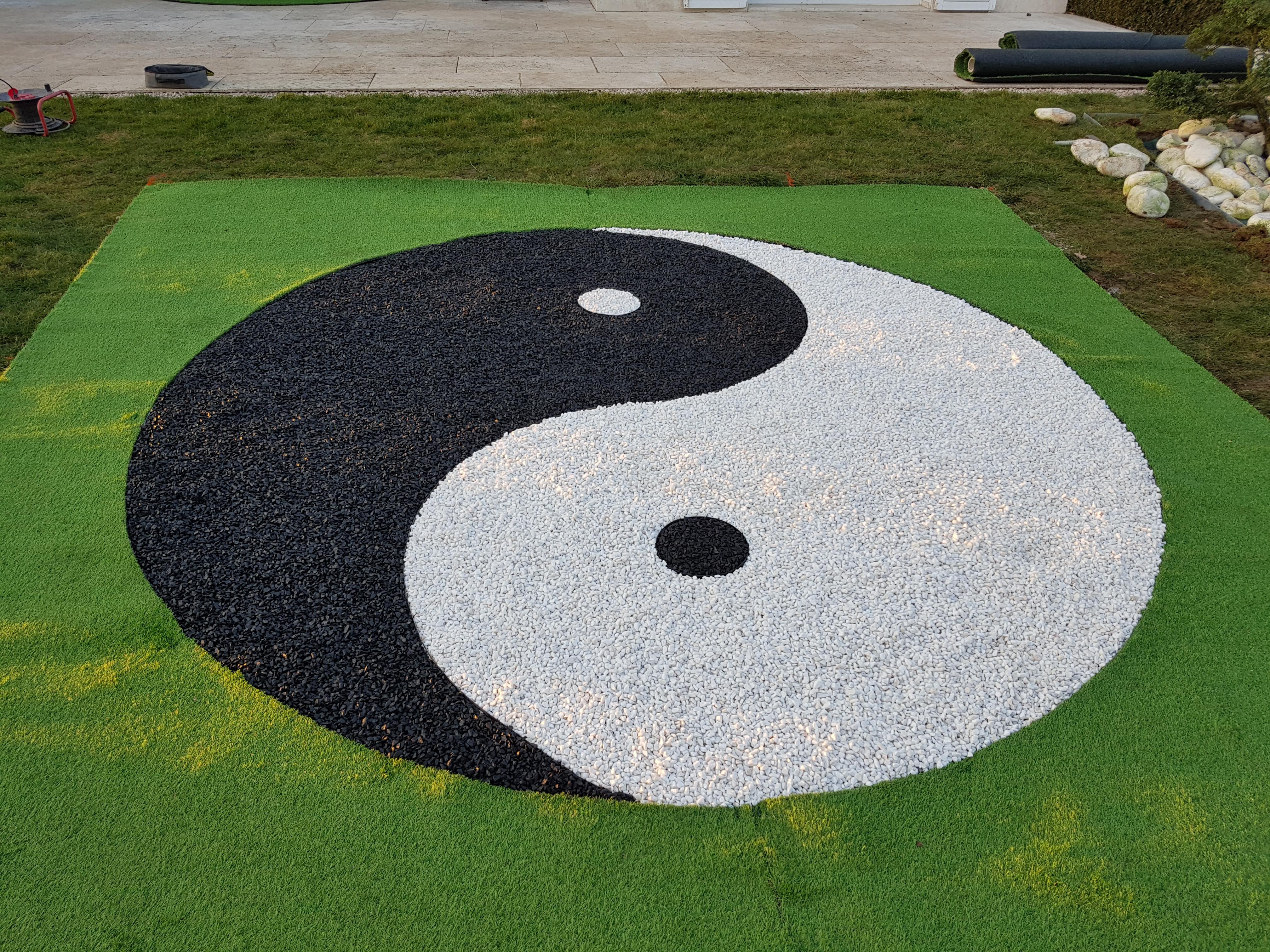 Création Yin et Yang avec gravillon blanc et noir