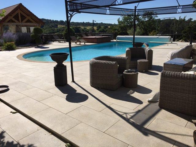 Pose dalles sur plots autour d'une piscine