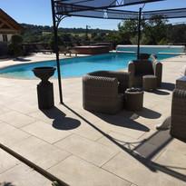 Dalles sur plots autour d'une piscine