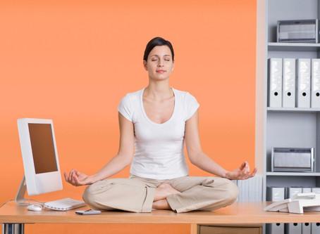 10 Yogahoudingen voor aan je bureau