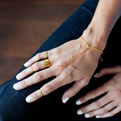 The Essential Hand Chain in Gold