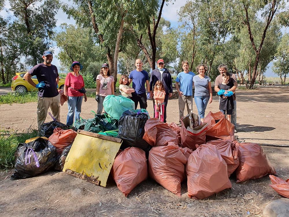 חברי ניר דוד במבצע לנקות את הטבע והסביבה