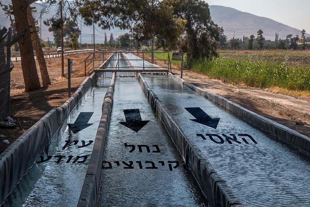 תעלות בטון מובילות את מי נחל עמל (״האסי״) נחל הקיבוצים ונחל מודע למתקן המיהול