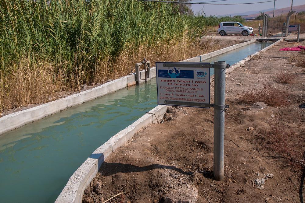 מי האסי נתפסים לתעלת בטון של תאגיד המים ומשמשים לחקלאות בקיבוצי הסביבה.