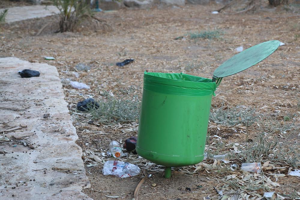 השלכת פסולת ליד הבתים