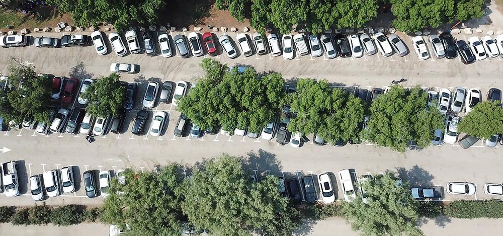 מגרשי החניה בסחנה קורסים תחת העומס.