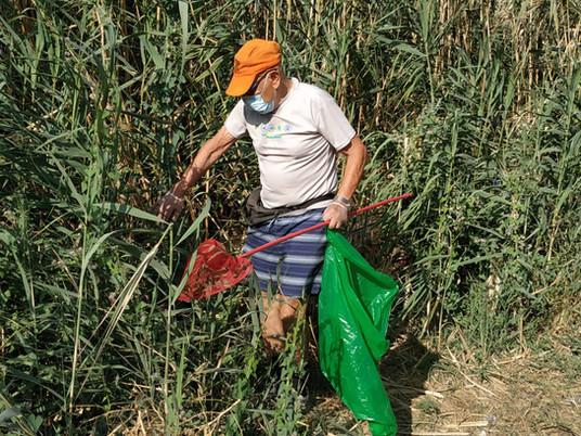 חברי ניר דוד בפעילות ניקיון להרי הזבל שהשאירו מטיילים בפארק המעיינות
