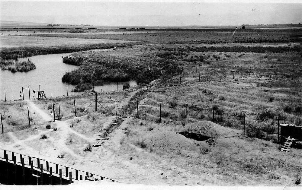 נחל האסי 1936. ככל הנראה התמונה הקדומה ביותר שיש בידינו של הנחל. בתמונה נראה האפיק המרכזי ובשוליו מפרצי מים עומדים נושאים יתושים.