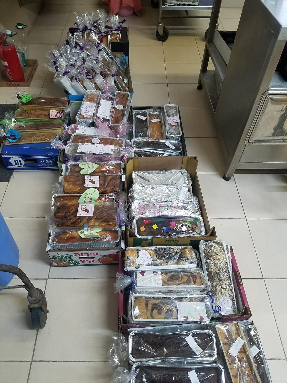 חברי הקיבוץ מובילים את העוגות למרכזי הפיזור בהתנדבות