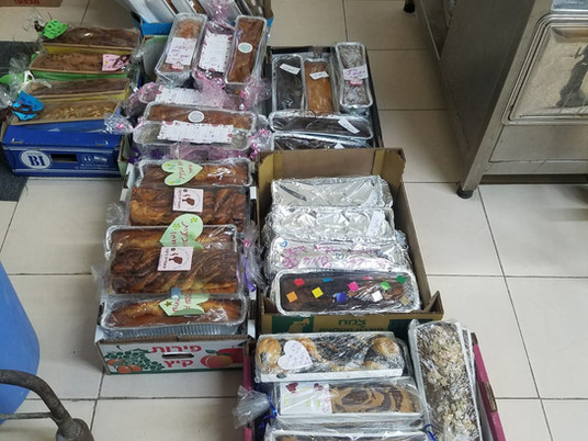 חברי ניר דוד מכינים סעודות חג עבור קשישים ונזקקים