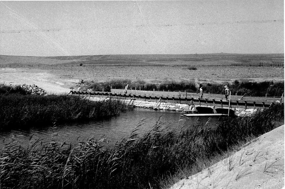 גשר העפר המקורי נבנה ב- 1937 כשנה לאחר הקמת הקיבוץ. הגשר אינו בטיחותי כיום והרשויות דרשו לסגרו.