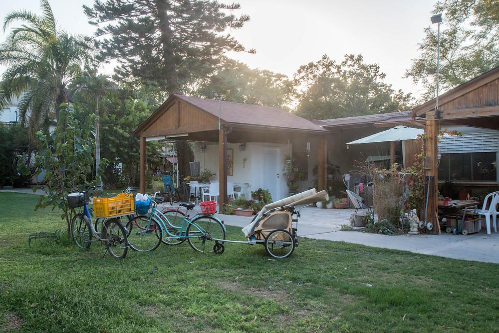 קיבוץ היא דרך חיים אחרת - ללא גדרות בין הבתים.