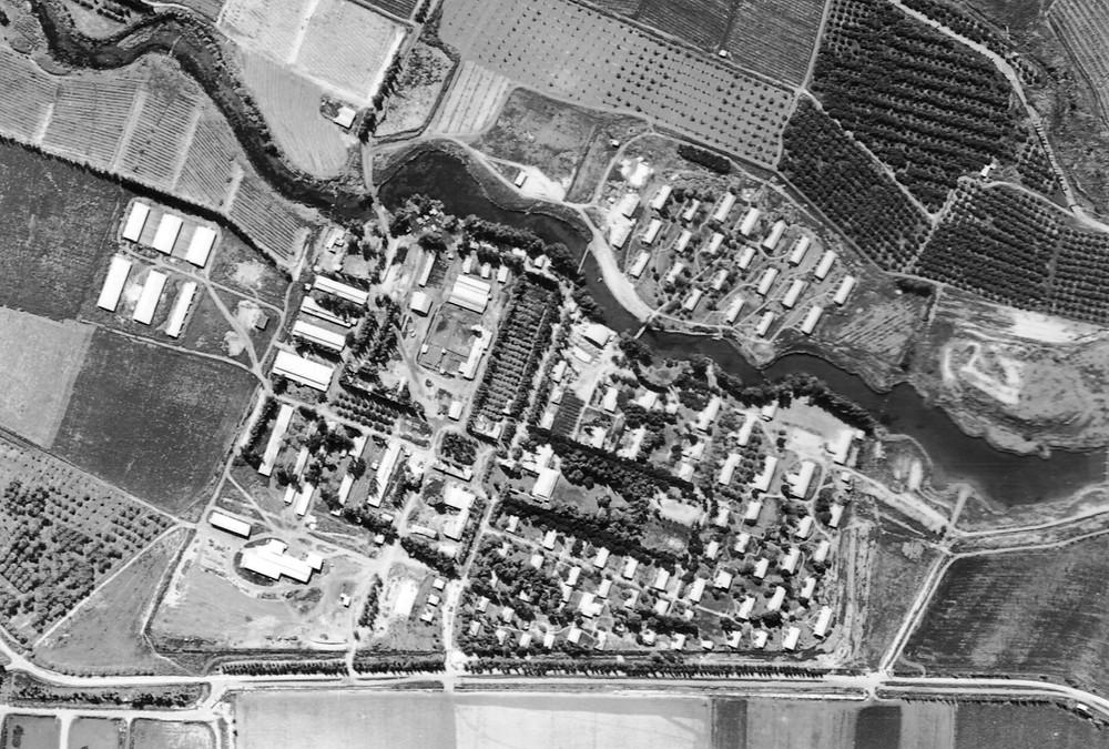 צילום אוויר של קיבוץ תל עמל (ניר דוד) 1951. נבנים שיכוני עולים ניצולי שואה בגדה הדרומית של הנחל.