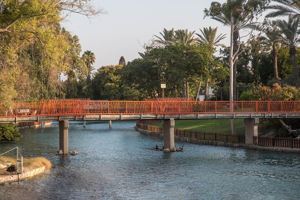 הגשר הכתום. נבנה במימון בלעדי של הקיבוץ