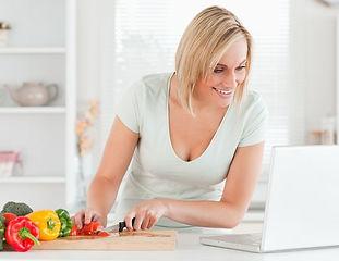 vrouw snijd groenten bij laptop_break.jp