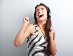 Zingende vrouw met koptelefoon_dtevents.