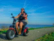 scooter op de dijk.jpg