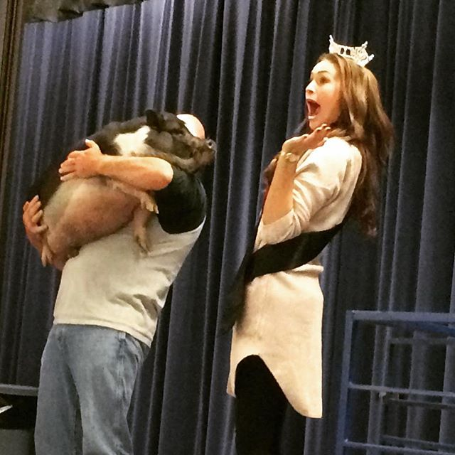 Miss Arizona kissed a pig! And she liked it! #schoolfundraiser #kissapig #potbellypig #pig #missariz