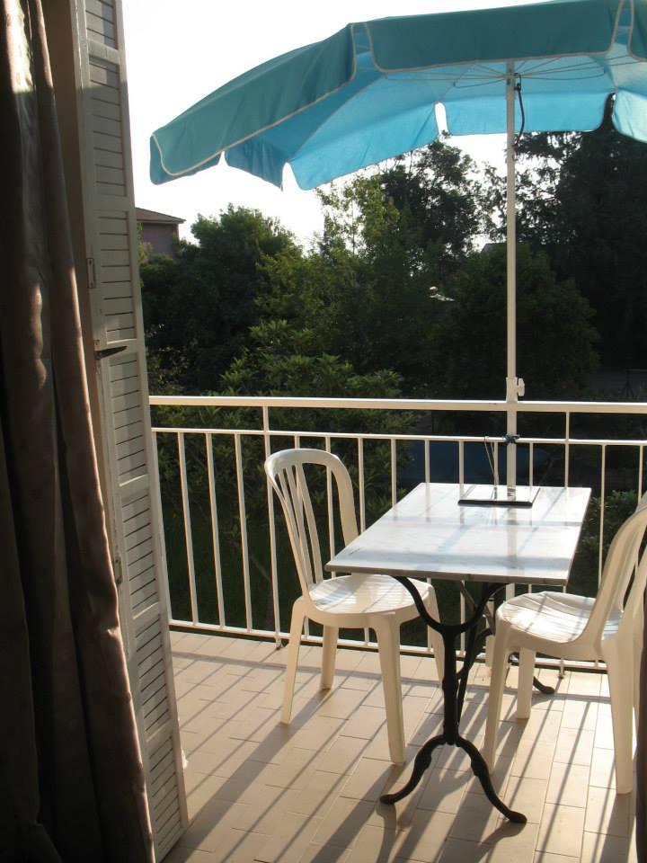 Balcon est, repas sous le parasol