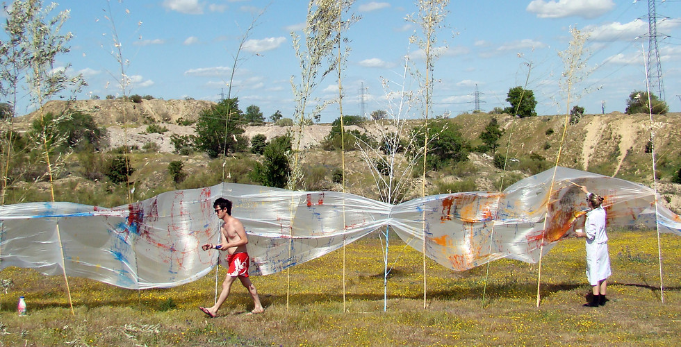 In this panoramic view, the extension  of some of the wind canvases can be  appreciated; as well as our resorted  linear assembly of the bamboo cane  frame/stretcher, which although rough and primitive, is highly effective  and recursive.