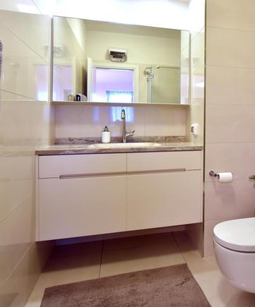 ארון אמבטיה מרחף עם משטח גרניט