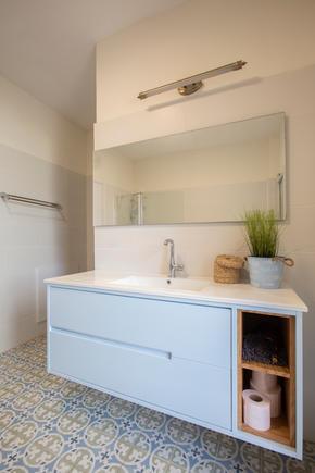ארון אמבטיה בגימור צבע אפוקסי ופורניר