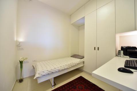 ארון בחדר עבודה שהופך למיטת אירוח - פתוח