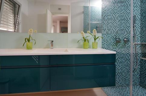 ארון אמבטיה מרחף בגימור צבע אפוקסי