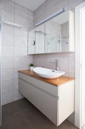 ארון אמבטיה בגימור צבע אפוקסי ומשטח בוצ'ר עץ